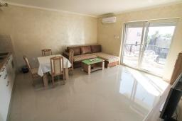 Гостиная. Черногория, Игало : Современный апартамент в центре Игало и в 30 метрах от пляжа, с просторной гостиной, двумя спальнями и балконом