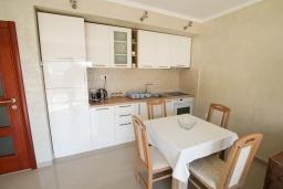Кухня. Черногория, Игало : Современный апартамент в центре Игало и в 30 метрах от пляжа, с просторной гостиной, двумя спальнями и балконом