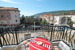 Балкон. Черногория, Игало : Современный апартамент в центре Игало и в 30 метрах от пляжа, с просторной гостиной, двумя спальнями и балконом