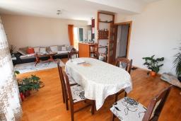 Обеденная зона. Черногория, Герцег-Нови : Апартамент с 3-мя отдельными спальнями, 2 ванными комнатами, большой гостиной и террасой с видом на море, в 100 метрах от моря