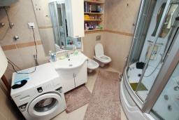 Ванная комната. Черногория, Герцег-Нови : Апартамент с 3-мя отдельными спальнями, 2 ванными комнатами, большой гостиной и террасой с видом на море, в 100 метрах от моря