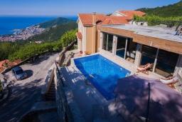 Фасад дома. Черногория, Будва : Роскошная вилла с бассейном и видом на море, 3 спальни, 3 ванные комнаты, барбекю, парковка, Wi-Fi