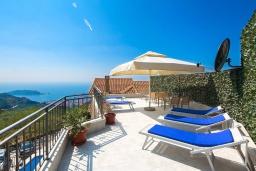 Терраса. Черногория, Будва : Роскошная вилла с бассейном и видом на море, 3 спальни, 3 ванные комнаты, барбекю, парковка, Wi-Fi