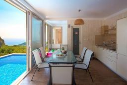 Обеденная зона. Черногория, Будва : Роскошная вилла с бассейном и видом на море, 3 спальни, 3 ванные комнаты, барбекю, парковка, Wi-Fi