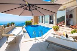 Бассейн. Черногория, Будва : Роскошная вилла с бассейном и видом на море, 3 спальни, 3 ванные комнаты, барбекю, парковка, Wi-Fi