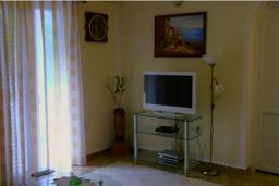 Гостиная. Черногория, Рисан : Апартамент в 100 метрах от пляжа, с гостиной, двумя спальнями и двумя балконами