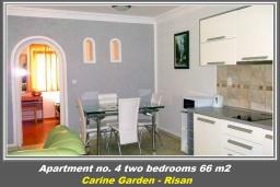 Кухня. Черногория, Рисан : Апартамент в 100 метрах от пляжа, с гостиной, двумя спальнями и двумя балконами