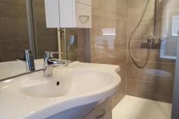 Ванная комната. Черногория, Рисан : Апартамент в 100 метрах от пляжа, с гостиной, двумя спальнями и двумя балконами