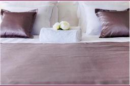 Спальня. Черногория, Рисан : Апартамент в 100 метрах от пляжа, с гостиной, двумя спальнями и двумя балконами