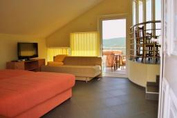 Спальня. Черногория, Герцег-Нови : Прекрасная вилла с бассейном, детской площадкой и барбекю, 4 гостиные, 6 спален, 6 ванных комнат, парковка, Wi-Fi