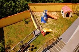 Детская площадка. Черногория, Герцег-Нови : Прекрасная вилла с бассейном, детской площадкой и барбекю, 4 гостиные, 6 спален, 6 ванных комнат, парковка, Wi-Fi