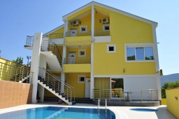 Фасад дома. Черногория, Герцег-Нови : Прекрасная вилла с бассейном, детской площадкой и барбекю, 4 гостиные, 6 спален, 6 ванных комнат, парковка, Wi-Fi