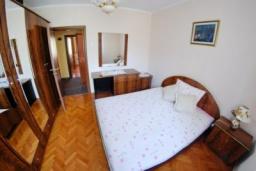 Спальня. Черногория, Доброта : Уютный апартамент в 20 метрах от пляжа, с гостиной, двумя спальнями и террасой