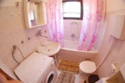 Ванная комната. Черногория, Доброта : Уютный апартамент в 20 метрах от пляжа, с гостиной, двумя спальнями и террасой