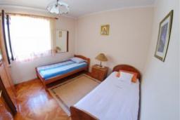 Спальня 2. Черногория, Доброта : Уютный апартамент в 20 метрах от пляжа, с гостиной, двумя спальнями и террасой