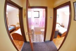 Коридор. Черногория, Доброта : Уютный апартамент в 20 метрах от пляжа, с гостиной, двумя спальнями и террасой