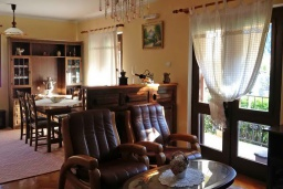 Гостиная. Черногория, Доброта : Уютный апартамент в 20 метрах от пляжа, с гостиной, двумя спальнями и террасой