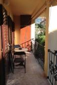 Балкон. Черногория, Доброта : Уютный апартамент в 20 метрах от пляжа, с гостиной, двумя спальнями и террасой