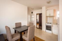 Кухня. Черногория, Бечичи : Апартамент с гостиной, отдельной спальней и балконом