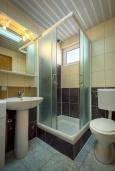 Ванная комната. Черногория, Бечичи : Апартамент с гостиной, отдельной спальней и балконом