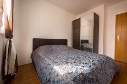 Спальня. Черногория, Бечичи : Апартамент с гостиной, отдельной спальней и балконом