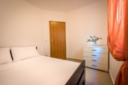 Спальня 2. Черногория, Бечичи : Апартамент с большой гостиной, тремя спальнями и большой террасой