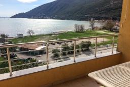 Балкон. Черногория, Игало : Апартамент с гостиной, двумя спальнями, двумя ванными комнатами и балконом с видом на море
