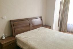 Спальня. Черногория, Игало : Апартамент с гостиной, двумя спальнями, двумя ванными комнатами и балконом с видом на море