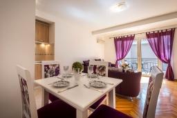 Обеденная зона. Черногория, Петровац : Апартамент с гостиной, отдельной спальней и балконом