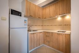 Кухня. Черногория, Петровац : Апартамент с гостиной, отдельной спальней и балконом
