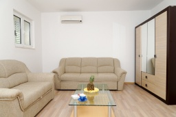 Гостиная. Черногория, Биела : Апартамент в 20 метрах от пляжа, с гостиной, отдельной спальней и балконом