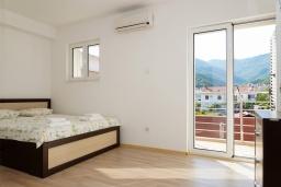 Спальня. Черногория, Биела : Апартамент в 20 метрах от пляжа, с гостиной, отдельной спальней и балконом