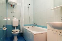 Ванная комната. Черногория, Биела : Апартамент в 20 метрах от пляжа, с гостиной, отдельной спальней и балконом