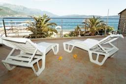 Балкон. Черногория, Биела : Апартамент в 20 метрах от пляжа, с гостиной, отдельной спальней и балконом с видом на море