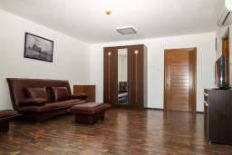 Гостиная. Черногория, Биела : Апартамент в 20 метрах от пляжа, с гостиной, отдельной спальней и балконом с видом на море