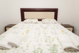 Спальня. Черногория, Биела : Апартамент в 20 метрах от пляжа, с гостиной, отдельной спальней и балконом с видом на море