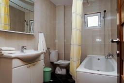 Ванная комната. Черногория, Биела : Апартамент в 20 метрах от пляжа, с гостиной, отдельной спальней и балконом с видом на море