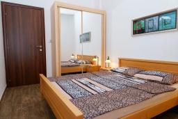 Спальня. Черногория, Бечичи : Апартамент с гостиной, отдельной спальней и двумя балконами с видом на море и горы