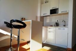 Студия (гостиная+кухня). Черногория, Бечичи : Современная студия с балконом и видом на море