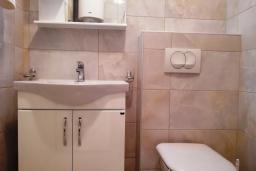 Ванная комната. Черногория, Бечичи : Современная студия с балконом и видом на море