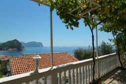 Вид на море. Черногория, Петровац : Уютный апартамент в 150 метрах от пляжа, с гостиной, двумя спальнями и террасой с барбекю и видом на море