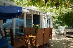 Терраса. Черногория, Петровац : Уютный апартамент в 150 метрах от пляжа, с гостиной, двумя спальнями и террасой с барбекю и видом на море