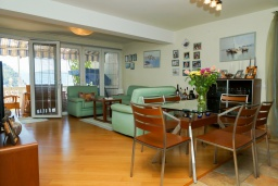 Гостиная. Черногория, Петровац : Уютный апартамент в 150 метрах от пляжа, с гостиной, двумя спальнями и террасой с барбекю и видом на море