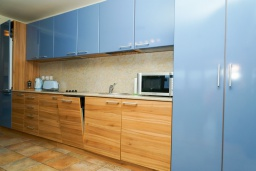 Кухня. Черногория, Петровац : Уютный апартамент в 150 метрах от пляжа, с гостиной, двумя спальнями и террасой с барбекю и видом на море