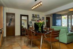 Обеденная зона. Черногория, Петровац : Уютный апартамент в 150 метрах от пляжа, с гостиной, двумя спальнями и террасой с барбекю и видом на море
