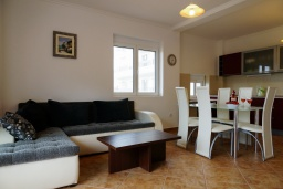 Гостиная. Черногория, Булярица : Апартамент с гостиной, двумя спальнями и большим балконом