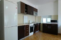 Кухня. Черногория, Булярица : Апартамент с гостиной, двумя спальнями и большим балконом