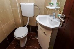 Туалет. Черногория, Булярица : Апартамент с гостиной, двумя спальнями и большим балконом