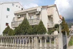 Фасад дома. Черногория, Будва : Трехэтажный дом с приватным двориком, 4 спальни, 3 ванные комнаты, парковка, Wi-Fi