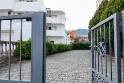 Парковка. Черногория, Будва : Трехэтажный дом с приватным двориком, 4 спальни, 3 ванные комнаты, парковка, Wi-Fi